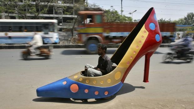 Um carro em forma de sapato de salto alto... Chega aos 45km/h. Na Índia. O veículo tem três rodas e foi criado pelo designer indiano de automóveis Sudhakar Yadav. Faz parte de uma série de veículos que criou inspirados em itens femininos...