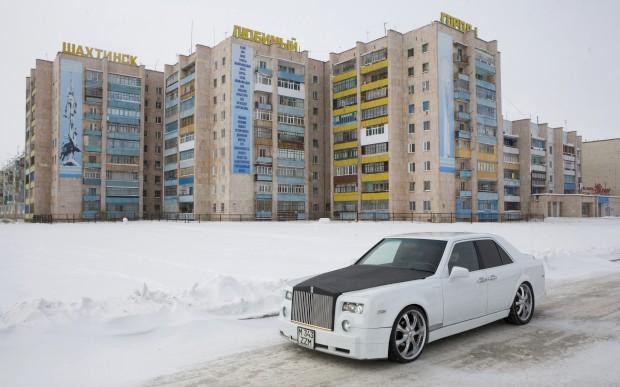 Um jovem mecânico russo construiu uma réplica de um Rolls-Royce Phantom, de uma ponta à outra. A partir de um velho Mercedes, demorou-lhe uns cinco meses e ficou por cerca de 2400€