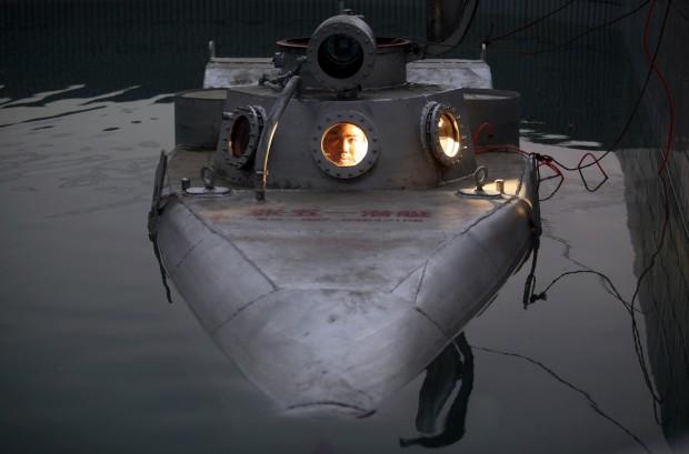 E agora um mini-submarino... Criação de Zhang Wuyi, na China. Dá para dois. Wuyi  já vendeu pelo menos um, por cerca de 12.200€. Têm uma autonomia de 10h