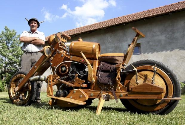 Na Húngria, Istvan Puskas posa com a sua motocicleta de... madeira.