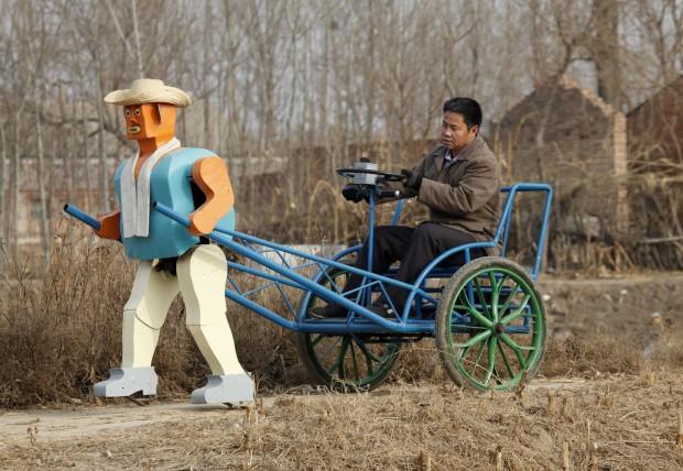 E que tal um riquexó puxado por um robô? Invenção do agricultor chinês  Wu Yulu