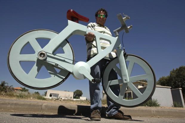 O inventor israelita Izhar Gafni segura a sua bicicleta de cartão, mostrada em Setembro de 2012. Sim, funciona na perfeição, provaram os testes. O cartão leva um tratamento especial para que resista à água.