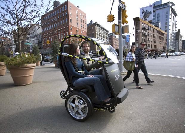 Protótipo do projecto  P.U.M.A. - mostrado em Nova Iorque, EUA, em 2009, resultado de um projecto da General Motors e da Segway. Um carro eléctrico de dois lugares e duas rodas.