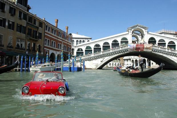 Bernd Weise (que pertence ao Clube de Carros Anfíbios de Berlim) guia o seu anfíbio pelo Grand Canal de Veneza, Itália. Este automóvel anfíbio é uma construção alemã e chega aos 110km/h na estrada e 8 nós (uns 15km/h) na água. Para conduzi-lo há que ter carta para carro e também para barco...