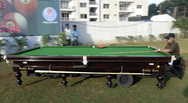 O designer indiano de automóveis Sudhakar Yadav guia o seu carro em forma de mesa de snooker. Com três rodas, atinge 45kkm/h. É melhor não jogar enquanto conduz... Na Índia.