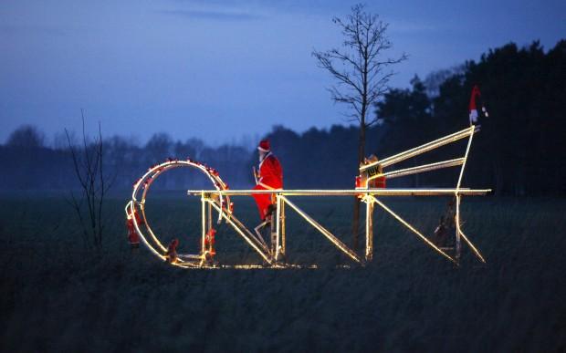 E uma proposta natalícia de Didi Senft: a bicicleta do Pai Natal. Em forma de trenó, claro. Mede 7,30m de comprimento e tem uns 3,1m de altura. Se voa é que não sabemos.