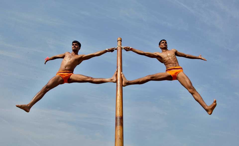 ÍNDIA, 21.10.2012. Soldados em exercícios durante exibições ao público em Allahabad.