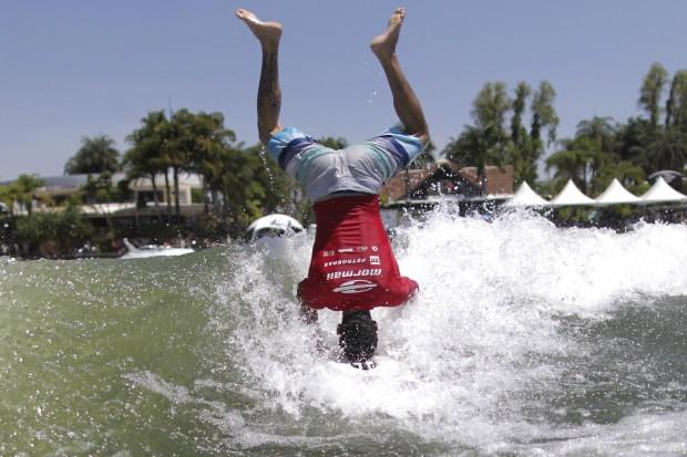 BRASIL, 28.10.2012. O surfista Álvaro Martins apanha uma onda produzida por um barco durante um campeonato de Wakesurf no lago Paranoá, Brasília