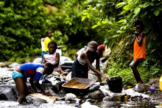 A lavar a roupa em São Tomé