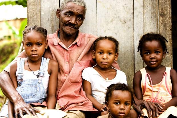 Uma família numa roça de São Tomé