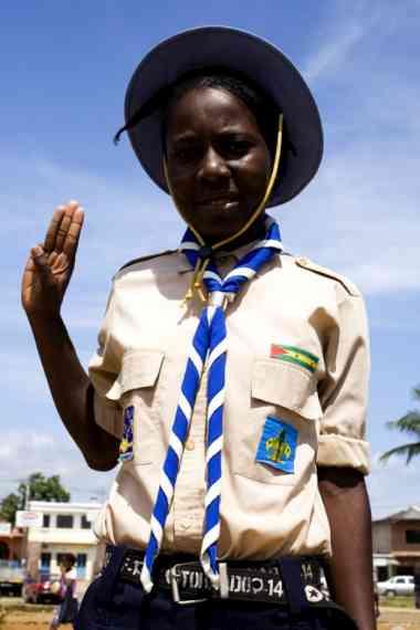 Uma jovem escuteira fotografada em São Tomé