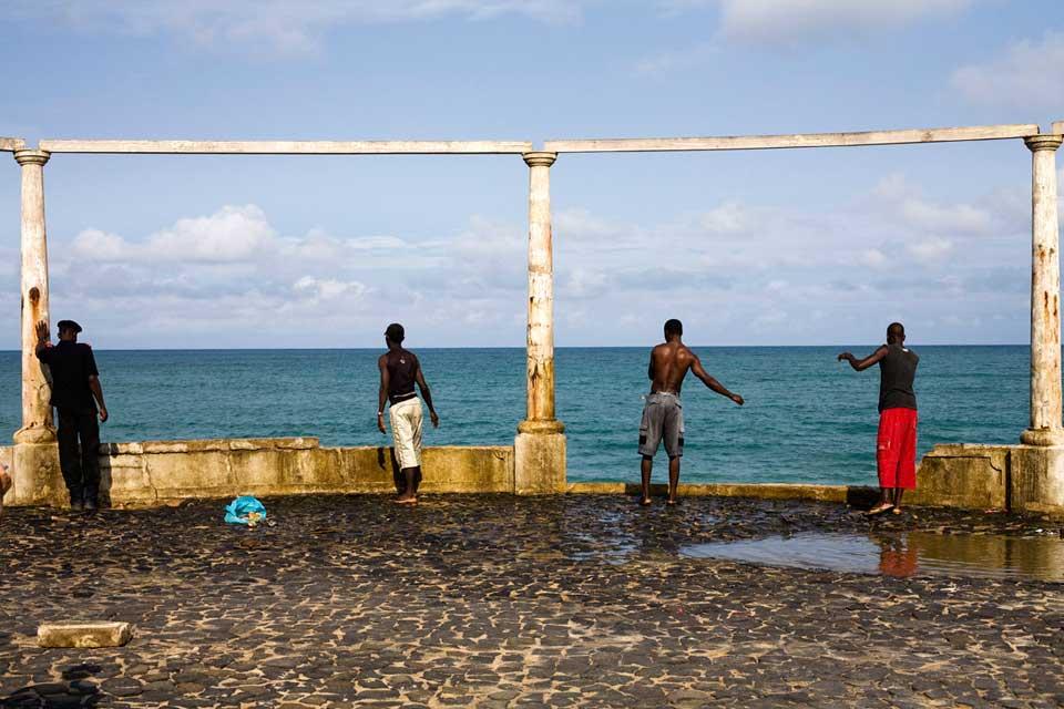 Pescadores e curiosos na Baía Ana Chaves em São Tomé