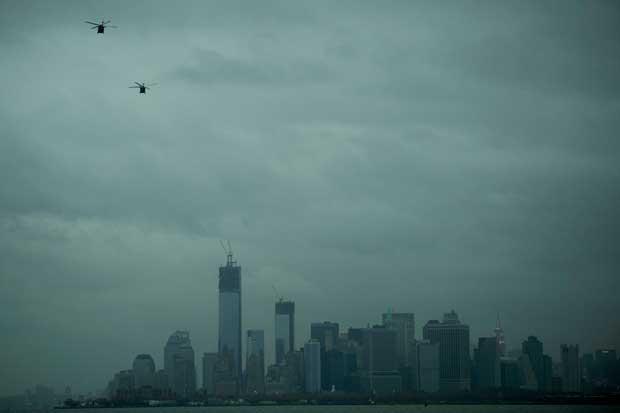 Helicópteros sobre uma sombria Manhattan, fotografada a 30/10