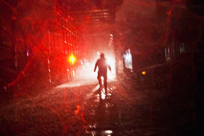 EUA, 7.11.2012. Pela rua, em Nova Iorque, durante uma tempestade