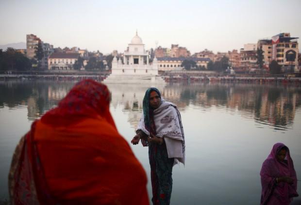 Orações durante o Festival Chhath, em Katmandu
