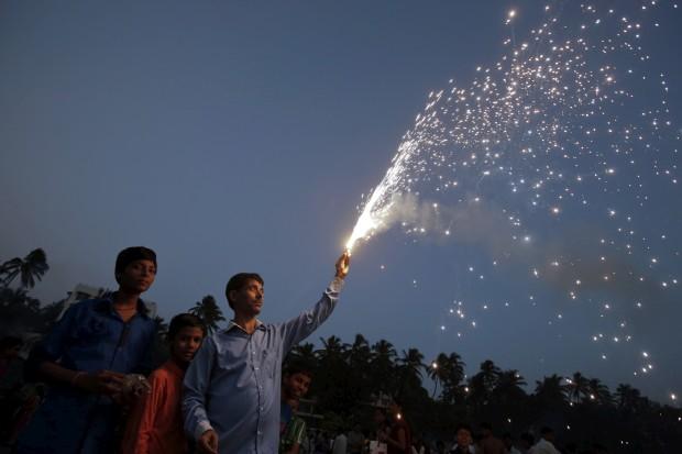 Um momento de devoção ao deus do Sol em Mumbai