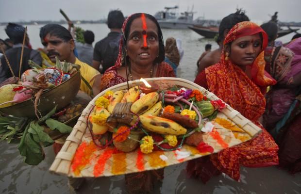 Uma devota banha-se no rio Ganges, em Calcutá