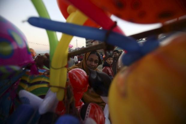Um vendedor de balões junto ao rio Bagmati, em Katmandu