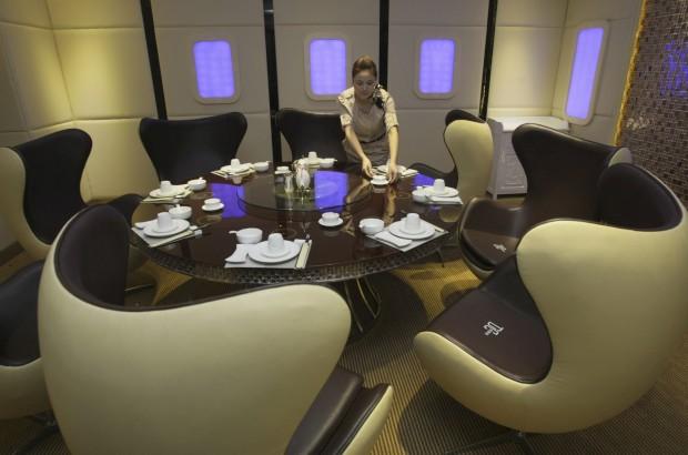 O cenário é todo adaptado do Airbus A380. Fica em Chongqing, China, e abriu na Primavera de 2012. Baptizado como Special Class tem, em 600m2, seis salas privadas que parecem prontas a levantar voo.
