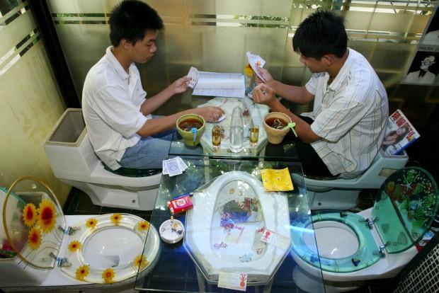 É um fenómeno e os restaurantes de temática casa-de-banho multiplicam-se. Aqui, clientes jogam às cartas num restaurante de cenário wc em Shenzhen, província de Guangdong, China.