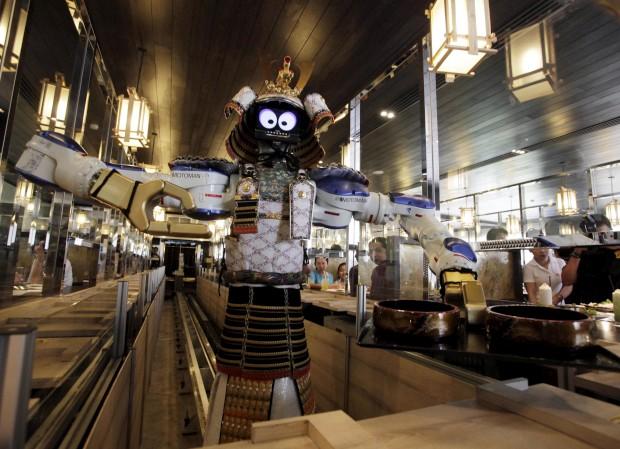 Um empregado-robô serve os clientes do Hajime, restaurante japonês em Banguecoque, Tailândia. A especialidade é o serviço: como já se vê assegurado por robôs (quatro, no caso).
