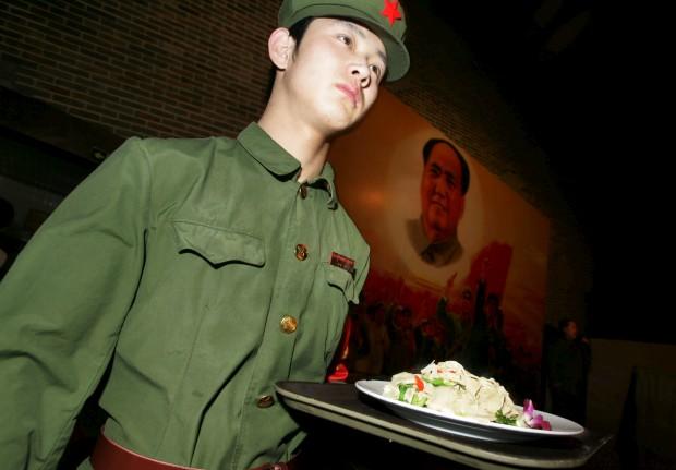 Os empregados vestem-se com uniformes da Guarda Vermelha, a casa exibe retratos de Mao Zedong. Não há que enganar, é o Clássico Vermelho. Fica em Pequim e baseia-se todo ele na Revolução Cultural chinesa (1966-1976) liderada por Mao. Banda sonora: canções e danças revolucionárias.