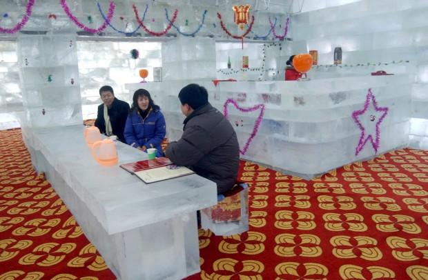 Um restaurante todo feito de gelo em Harbin, província de Heilongjiang, China. Parte do mega festival de esculturas de gelo e neve, tinha lugar para cem comensais. Temperatura ambiente: -4ºC.