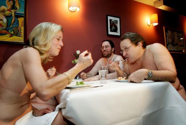 Um grupo de comensais partilha um jantar anunciado como de