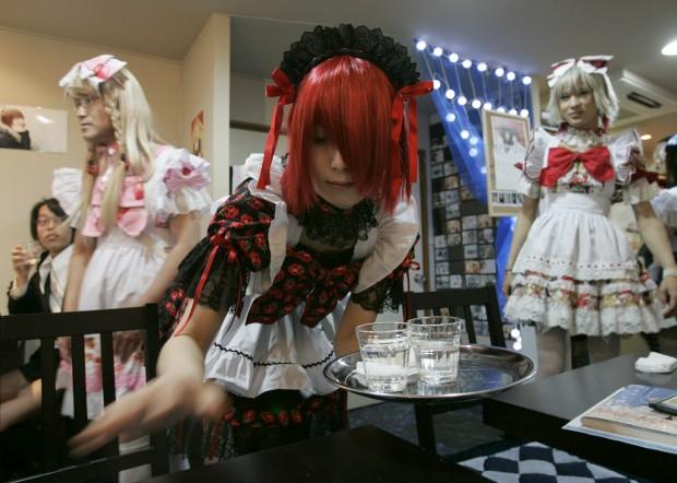 No café Hibaritei de Tóquio, todos os empregados se vestem de meninas. Não é apenas um caso de travestismo, é todo um mundo de fantasia. O Hibaritei tem outra particularidade: vai mudando de morada e cenários quase sempre dentro do bairro de Akihabara, na capital japonesa.
