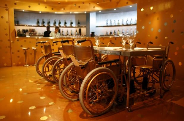 Começa pelas cadeiras de rodas e acaba nos pratos: o Aurum, em Singapura, serve uma cozinha considerada única, baseada na gastronomia molecular, utilizando experiências e técnicas científicas para criar sabores e pratos que se dizem únicos.