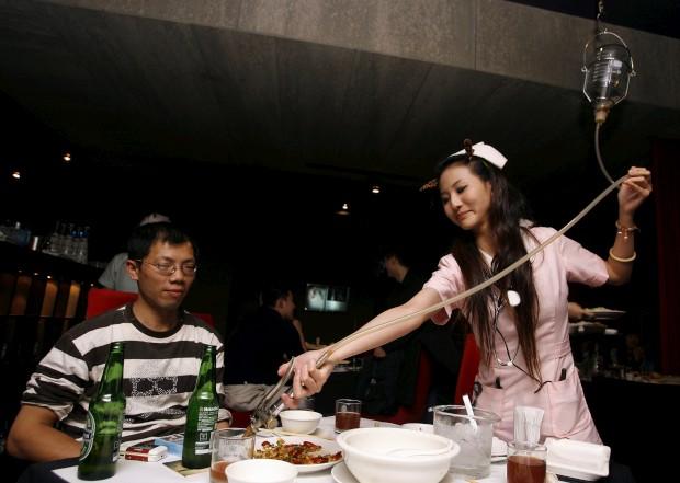 No D.S., em Taipé, Taiwan, prepare-se para uma refeição servida por enfermeiras, ambientada num hospital e onde tudo é servido em material hospitalar, entre seringas, sacos de soro ou mesas de cirurgia.
