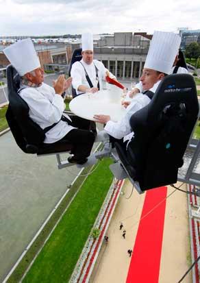 Dinner in the Sky é o nome do projecto e continua a viajar por todo o mundo, tendo até já passado por Portugal. É um restaurante absolutamente aéreo: a mesa é elevada a uns 50m de altura e serve umas duas dezenas de pessoas. Aqui, a refeição era especial, servida a 22 chefs belgas sobre Bruxelas.