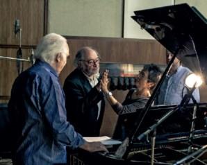 Carlos do Carmo canta como quem faz surf por cima do piano de Maria João Pires