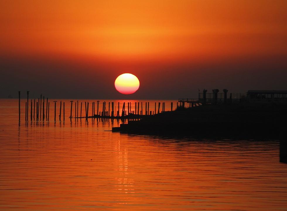 Argentina, 20.11.2012. O nascer do Sol junto às margens do rio de La Plata, em Buenos Aires
