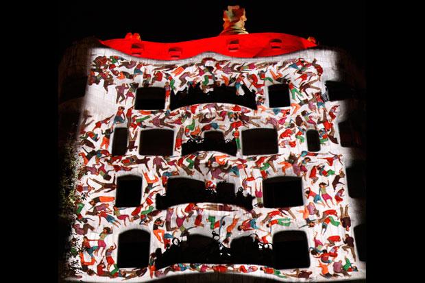 ESPANHA, 1.12.2012. La Pedrera, uma das obras de Gaudí mais visitadas pelos turistas, localizada no Passeig de Gràcia em Barcelona, celebrou 100 anos com projecções no edifício.