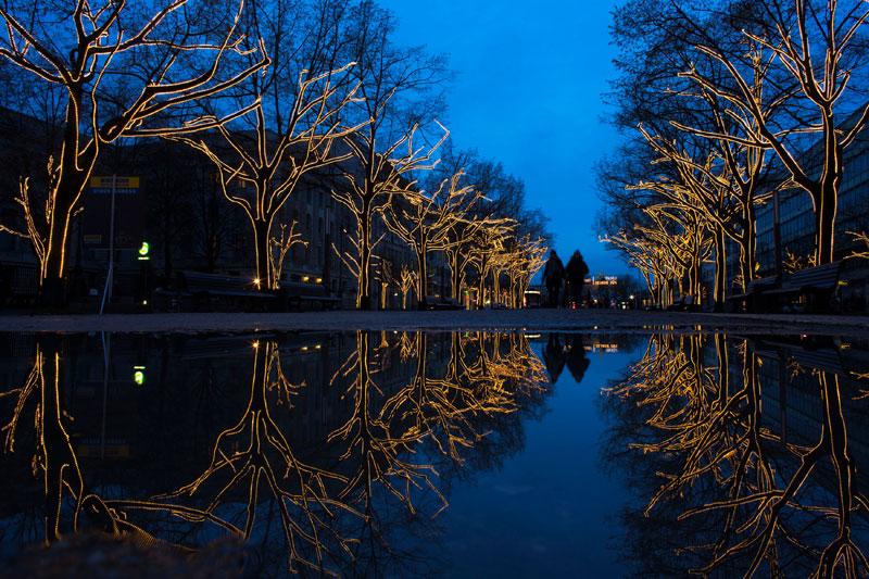 ALEMANHA, 28.11.2012. A caminhar pela Unter den Linden (Sob as Tílias) em Berlim (-Leste), já com as iluminações de Natal a marcar o cenário.