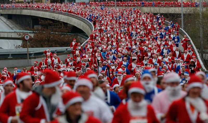 REINO UNIDO, 2.12.2012. Eles vêm aí! É a Santa Dash, corrida de pais natal em Liverpool (mais de 8 mil) com propósitos solidários