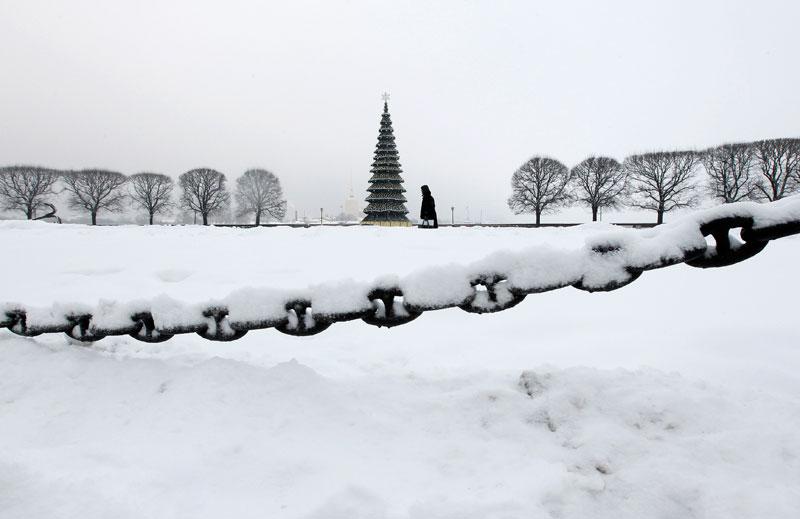 RÚSSIA, 10.12.2012. Em São Petersburgo, um passeio perto de uma árvore de Natal