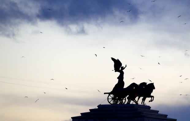 A estátua de Vitória no monumento à pátria