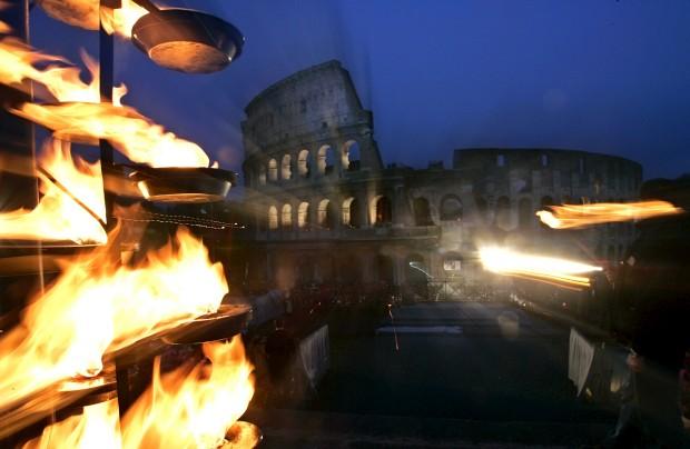 Uma cruz arde frente ao Coliseu na tradicional Via Crucis