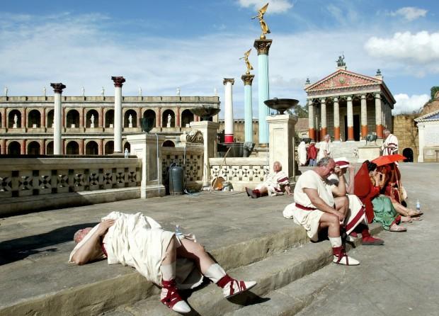 Actores vestidos à Roma Antiga descansam numa pausa de gravações na Cinecittà
