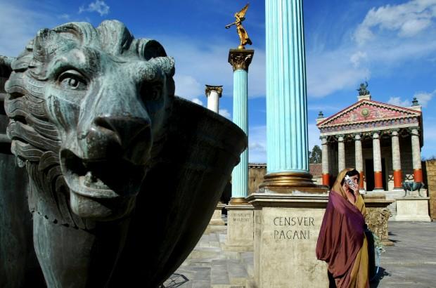 Uma actriz, vestida como na Roma Antiga, conversa ao telemóvel durante uma pausa das gravações da série