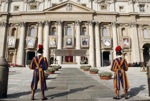 A Guarda Suíça protege a Basílica de São Pedro, Vaticano