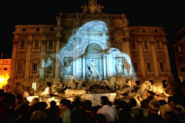 Fontana di Trevi (aqui com uma imagem projectada de Anita Ekberg, que ajudou a celebrizar o romance da fonte no filme de Fellini