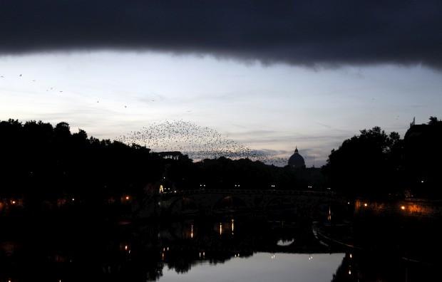 Anoitece em Roma e nuvens negras cercam a cúpula da Basílica de São Pedro