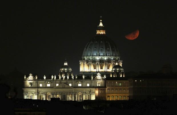 Lua sobre a Basílica de São Pedro