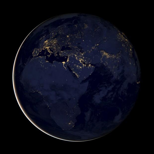 TERRA, 6.12.2012. Europa, África e Médio Oriente à noite. Uma imagem composta by NASA, a partir de dados recolhidos por um satélite de observação que utiliza tecnologias avançadas de detecção de luz