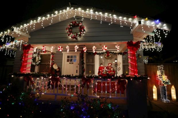 Nesta casa privada de Santa Monica, Califórnia, EUA, levam-se as decorações natalícias muito a sério...