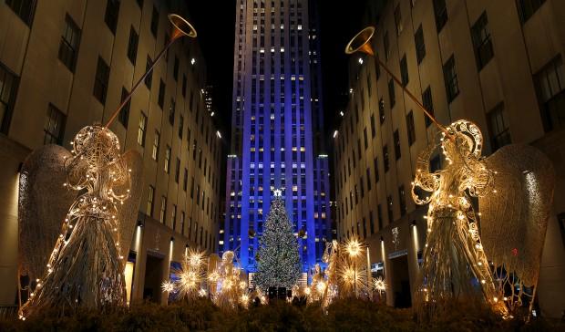 Uma das árvores de Natal mais célebres e concorridas do mundo: pelo 80.º ano, ilumina-se a árvore do Rockefeller Center, em Nova Iorque, EUA