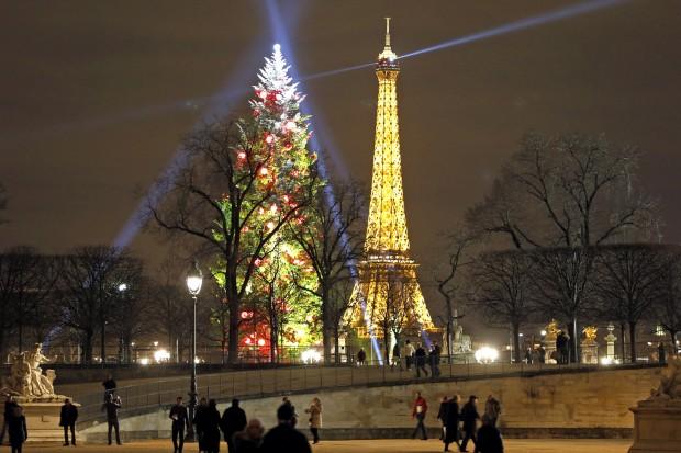 Em Paris, a Torre Eiffel tem companhia luminosa no Natal, uma árvore de 9,75m de altura.